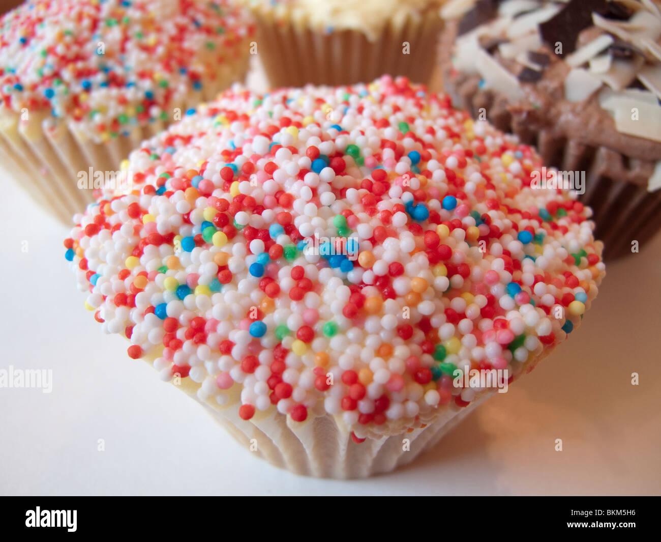 Eine Tasse Kuchen bedeckt in Hunderten und Tausenden Stockbild