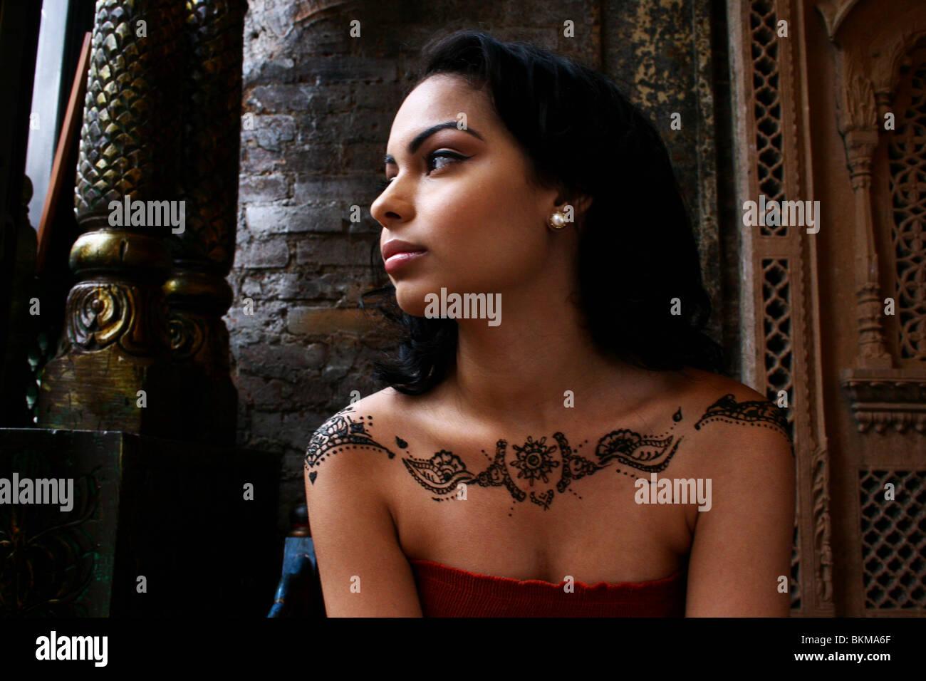 Porträt von Frau gemalt mit modernem Henna Design auf ihren Schultern. Stockbild