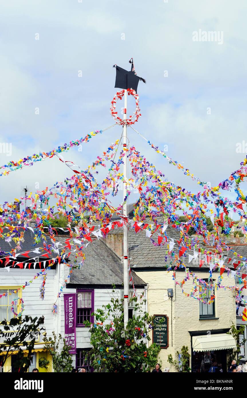 der geschmückten Maibaum am 'Obby Oss Day' in Padstow, Cornwall, uk Stockbild