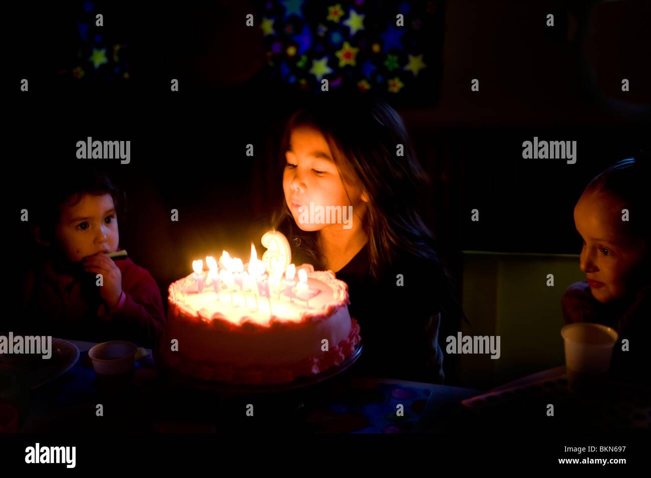 Ein Halb Thai Mädchen Feiert Ihren 6 Geburtstag Durch Ausblasen Der
