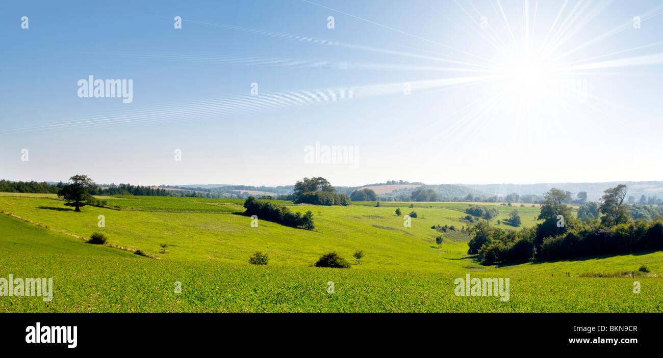 Strahlende Sonne über Landschaft Stockbild