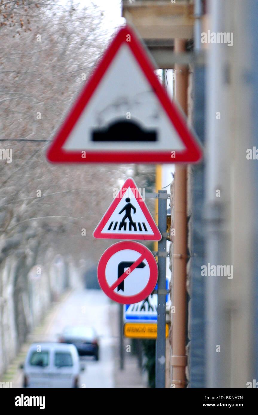 Verkehrszeichen in der Straße Stockbild