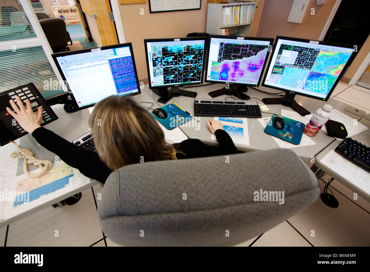 Meteorologe Cindy Fay des nationalen Wetterdienstes in Hastings, Nebraska, analysiert Wetterkarten um eine Prognose Stockbild