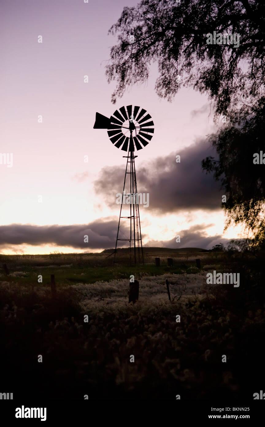 Windmühle Silhouette gegen Wolken Stockbild
