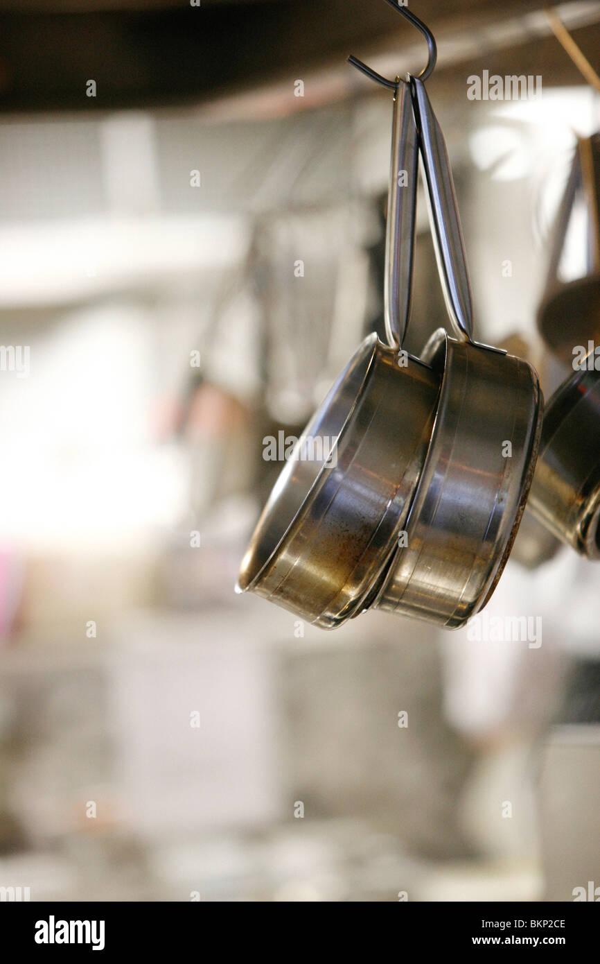 Pfannen Aufhängen pots and pans hanging stockfotos pots and pans hanging bilder alamy