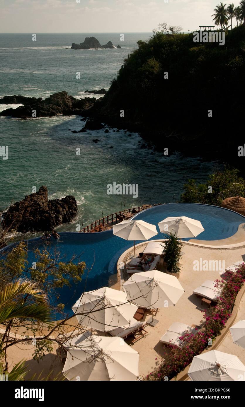Sonnenschirme rund um Schwimmbad von Capella Resort Ixtapa Guerrero Mexiko Stockbild