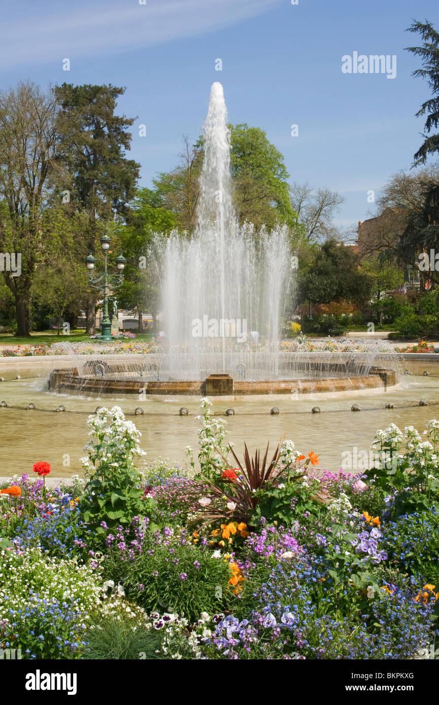Jardin du Grand Rond und Brunnen mit schönen Blumenbeeten in ...