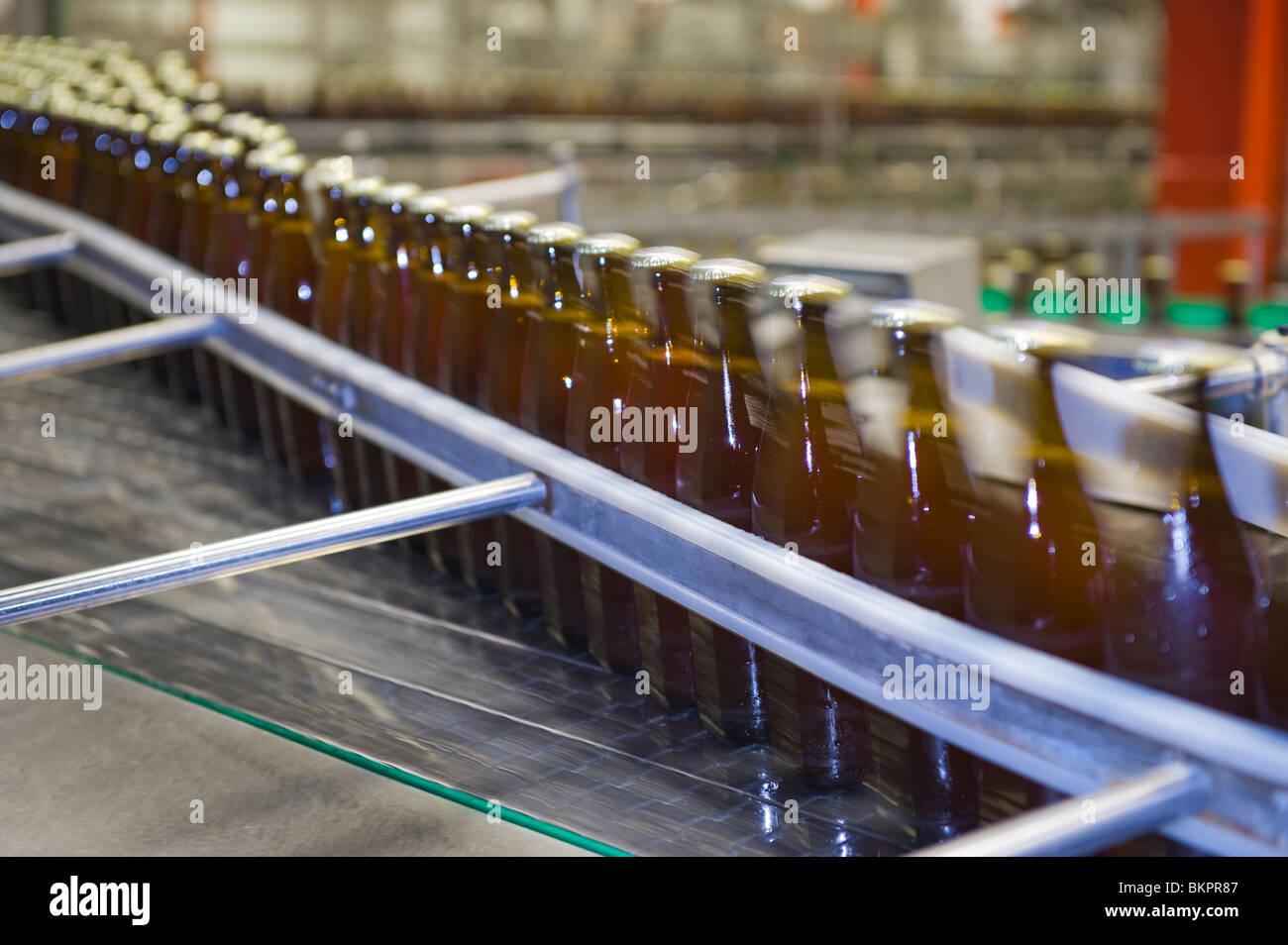Bier-Flaschen füllen Füllung Straße Flasche Bre Brau Produktion Produktionslinie mit der Bezeichnung Stockbild