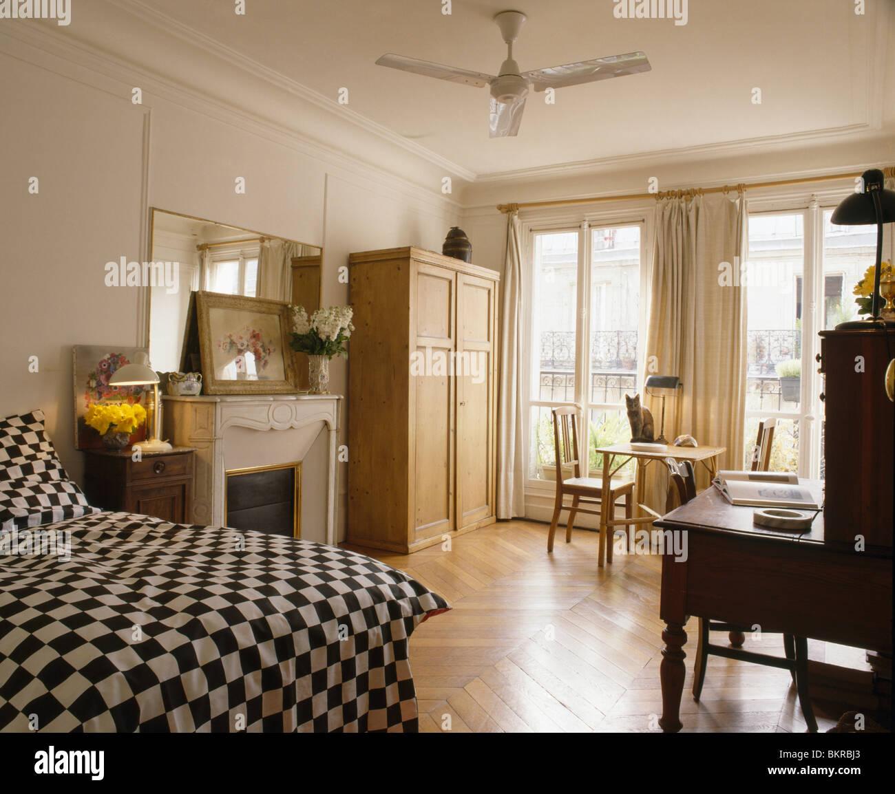 Schwarz Weiß Aufgegebenes Bettdecke Im Bett Im Französischen