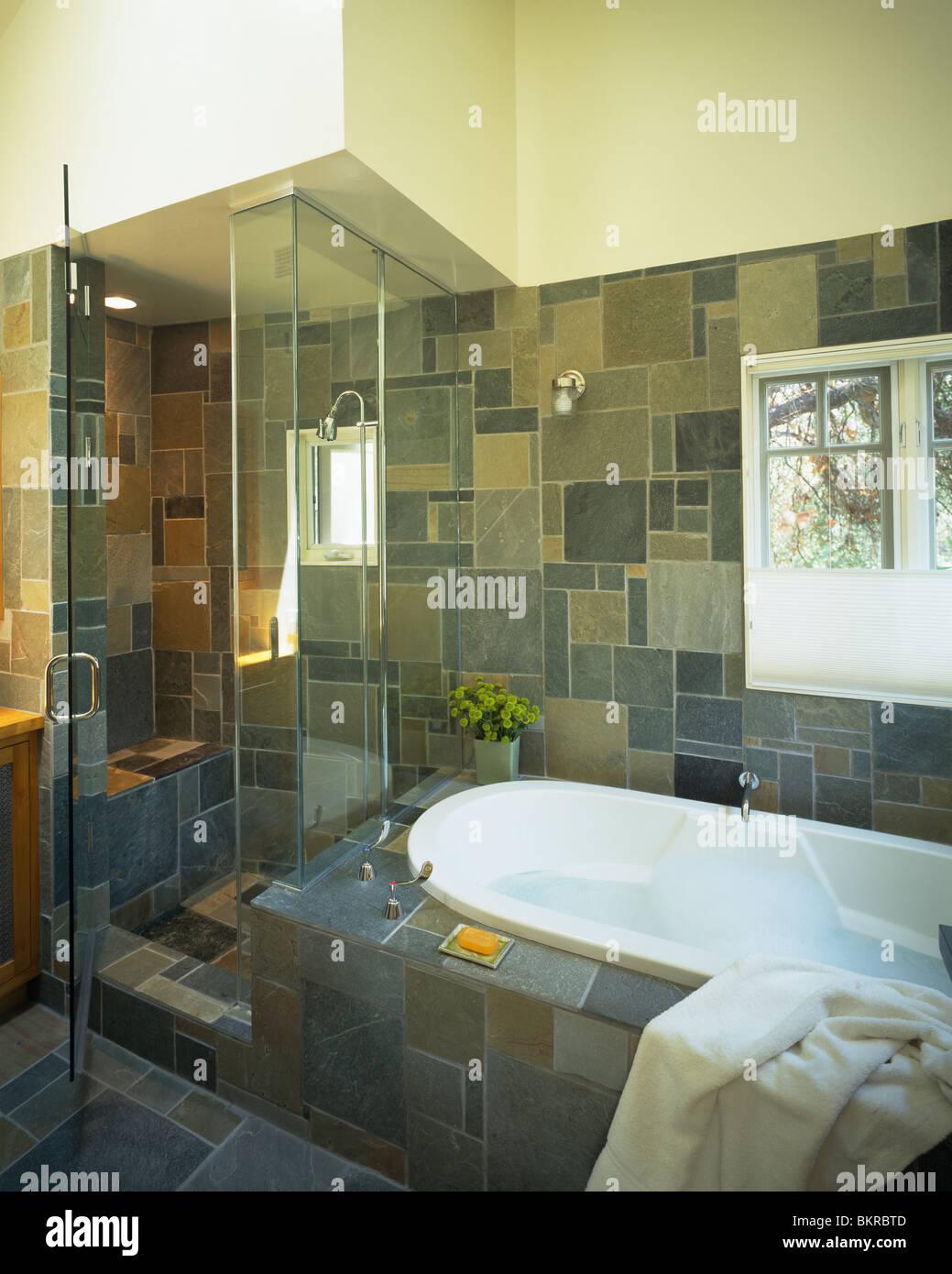 Glas Duschkabine neben Badewanne im modernen Schiefer geflieste ...