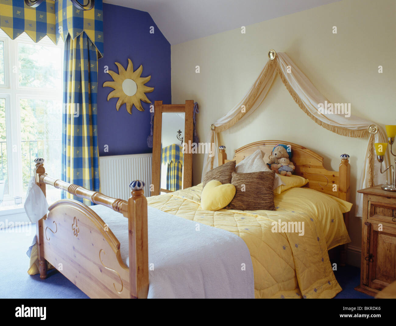 Blaue Wand Neben Fenster Mit Blau + Gelb Aufgegebenes Vorhänge In Kleinen  Schlafzimmer Mit Drapierten Stoff über Kiefer Bett Mit Gelben Quilt