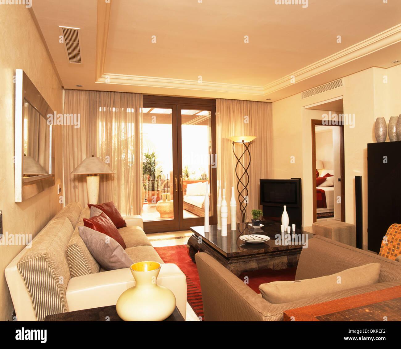 Cremefarbene Sofas Im Modernen Spanischen Wohnzimmer Mit Beige Leinen  Gardinen Auf Französisch Türen Zum Balkon