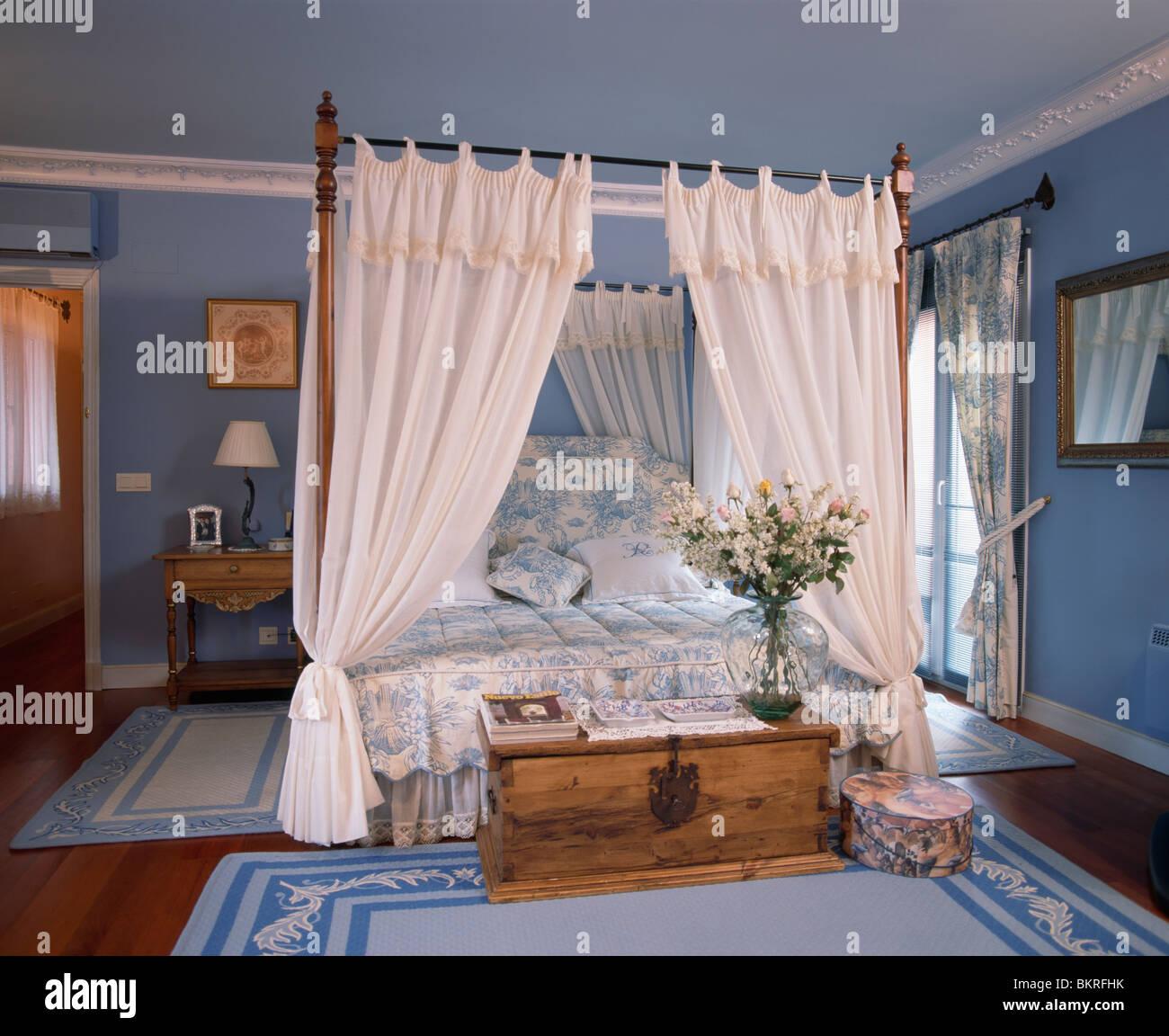 Weisse Vorhange Am Himmelbett Mit Blaue Weisse Bettwasche In Pastell