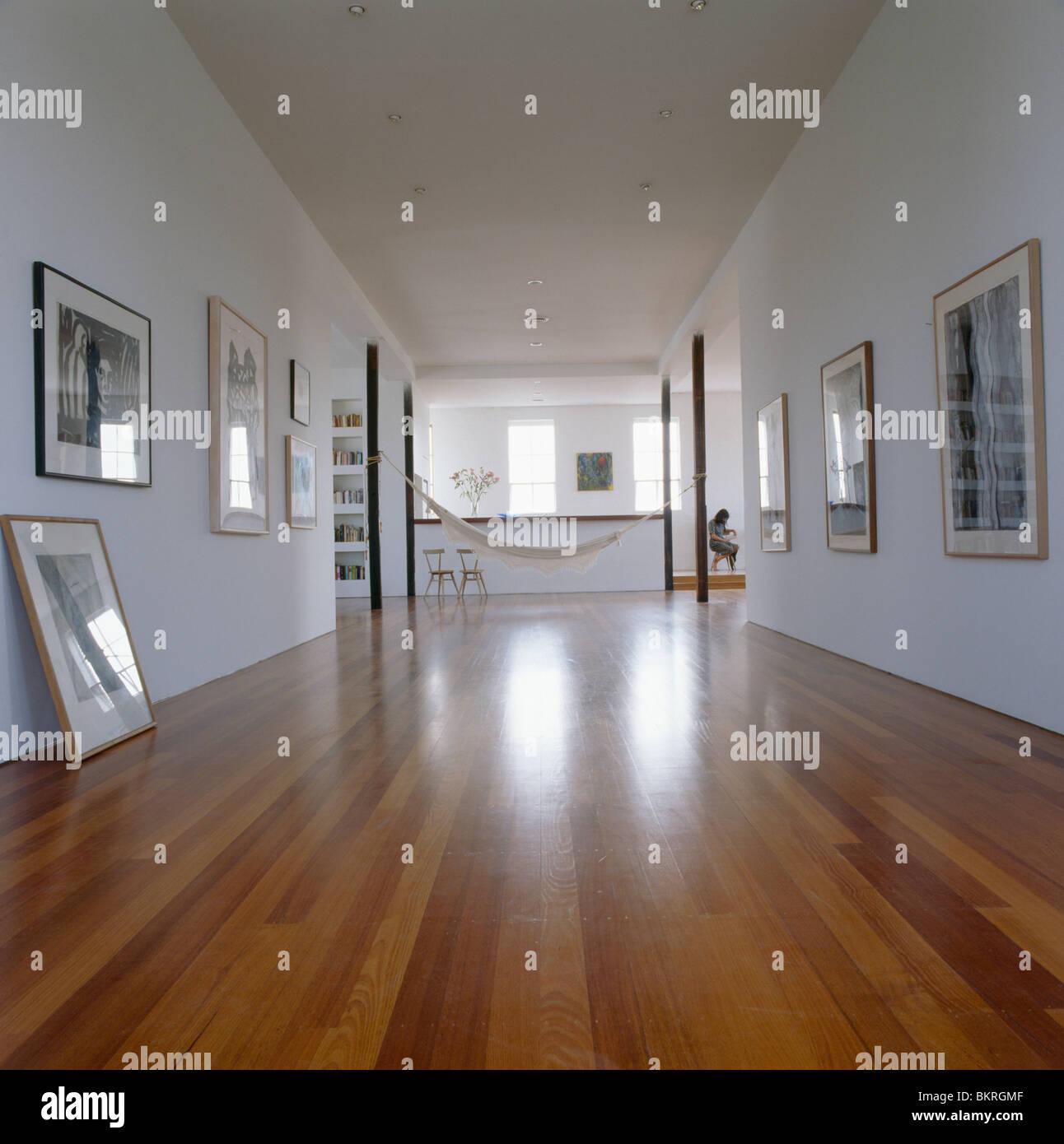 Holzboden In Großen Modernen Loft Conversion Halle Mit Sammlung Bilder An  Wänden