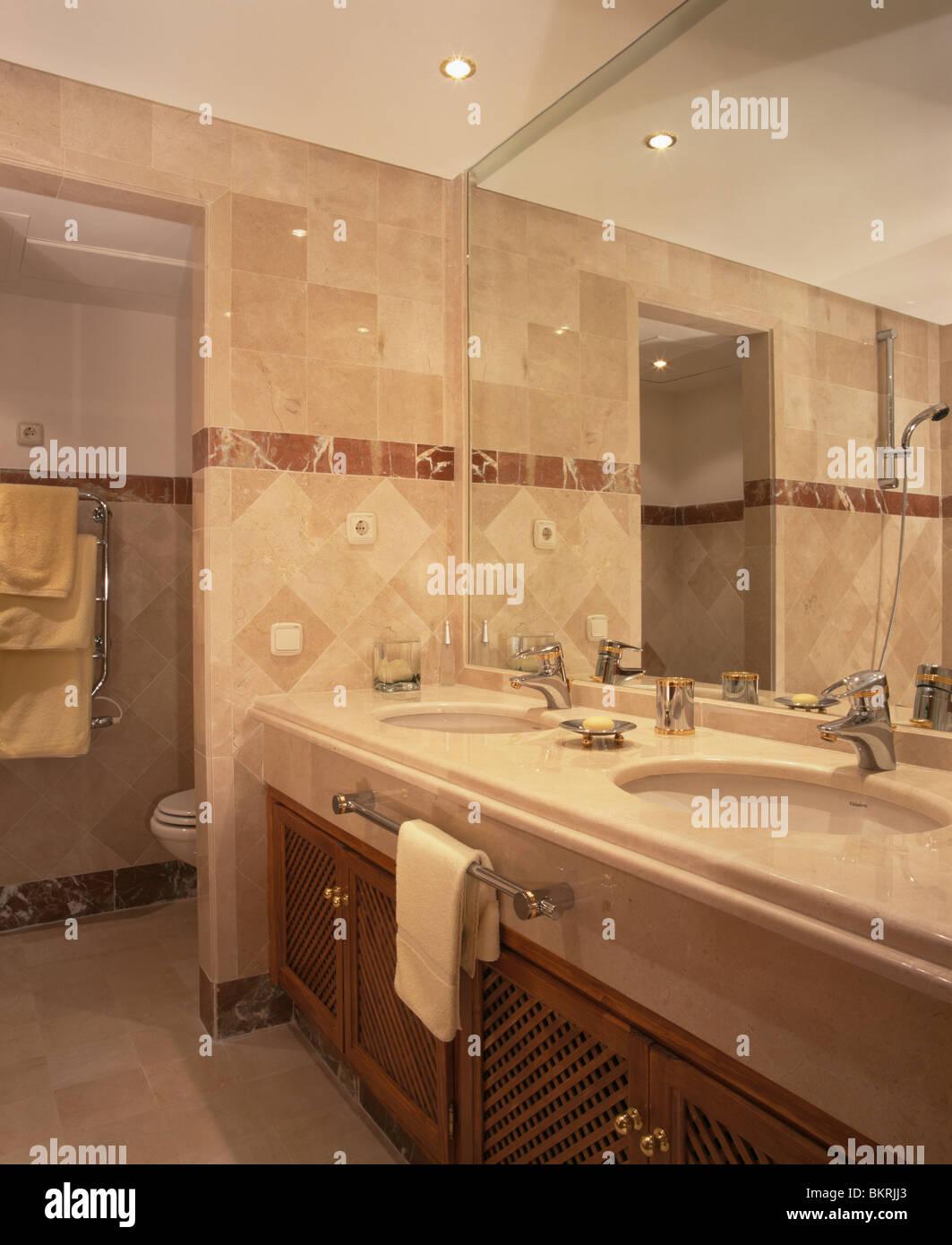 Moderne Beige Geflieste Badezimmer Badezimmer Mit Großem Montierten Spiegel  über Dem Waschtisch Mit Becken Unter Set