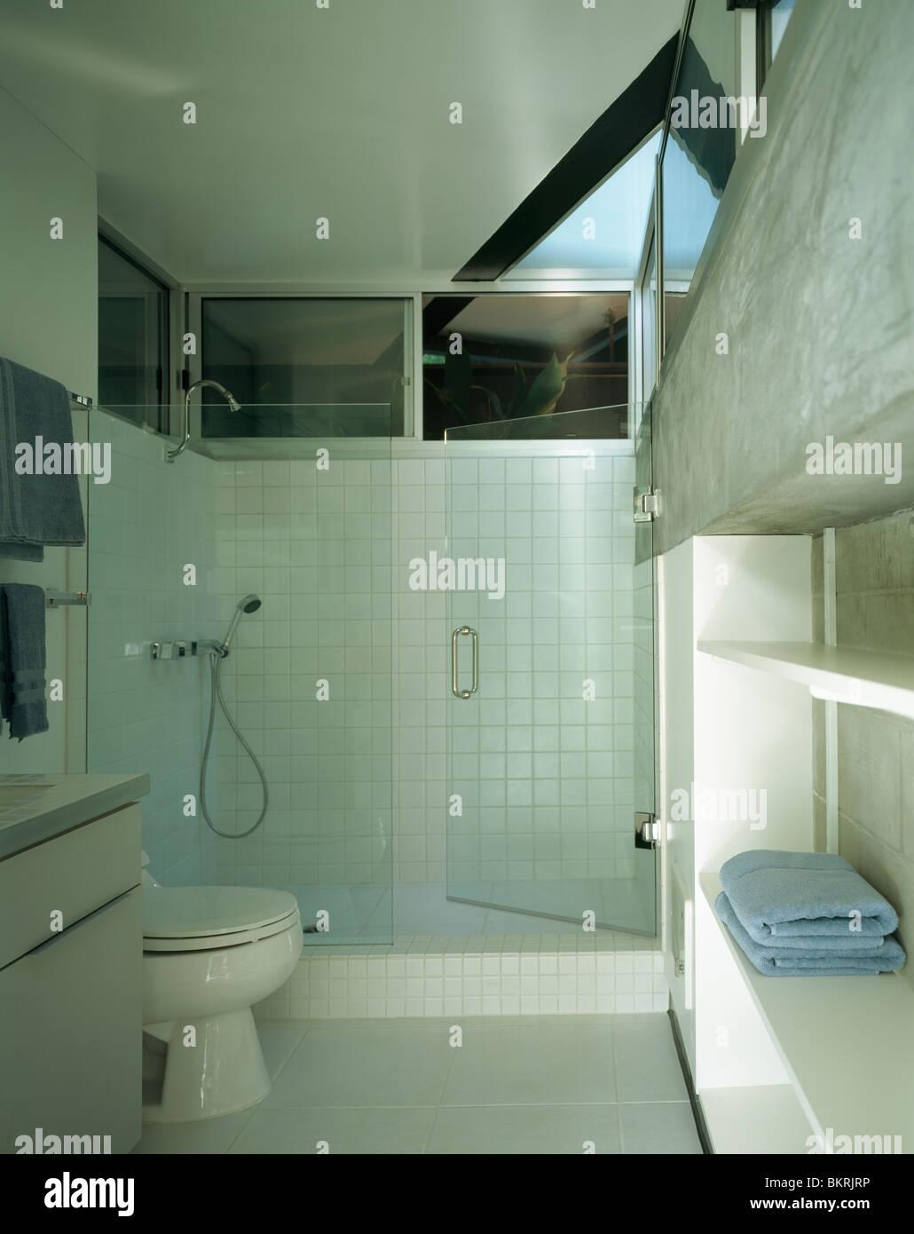 Glastüren in weiß gefliesten Badezimmer Dusche Stockfoto, Bild ...
