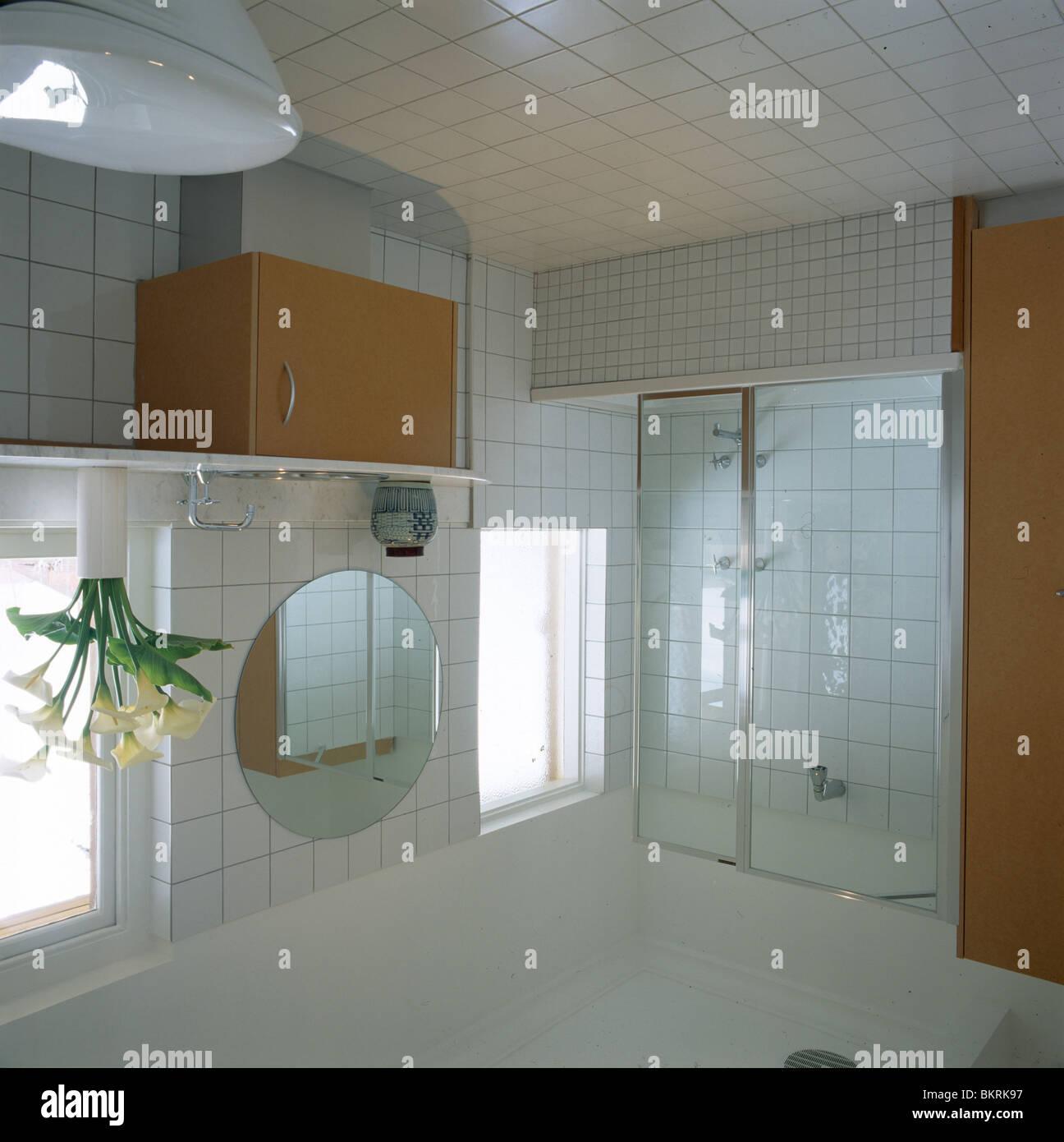 Glastüren Dusche Badewanne im modernen weiß gefliestes Badezimmer ...