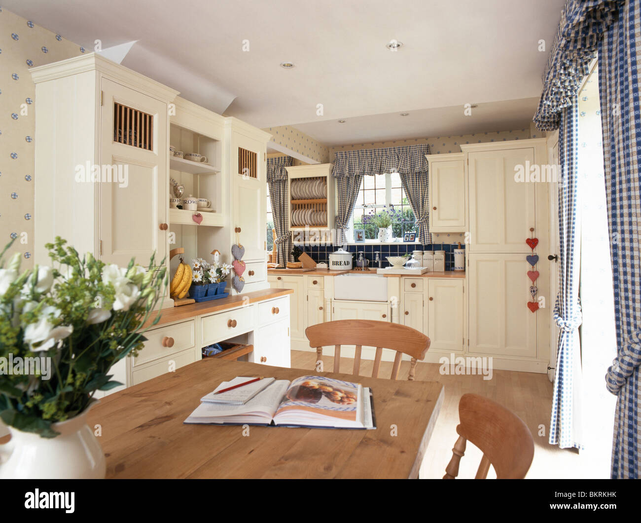 cream fitted units in country stockfotos cream fitted units in country bilder alamy. Black Bedroom Furniture Sets. Home Design Ideas