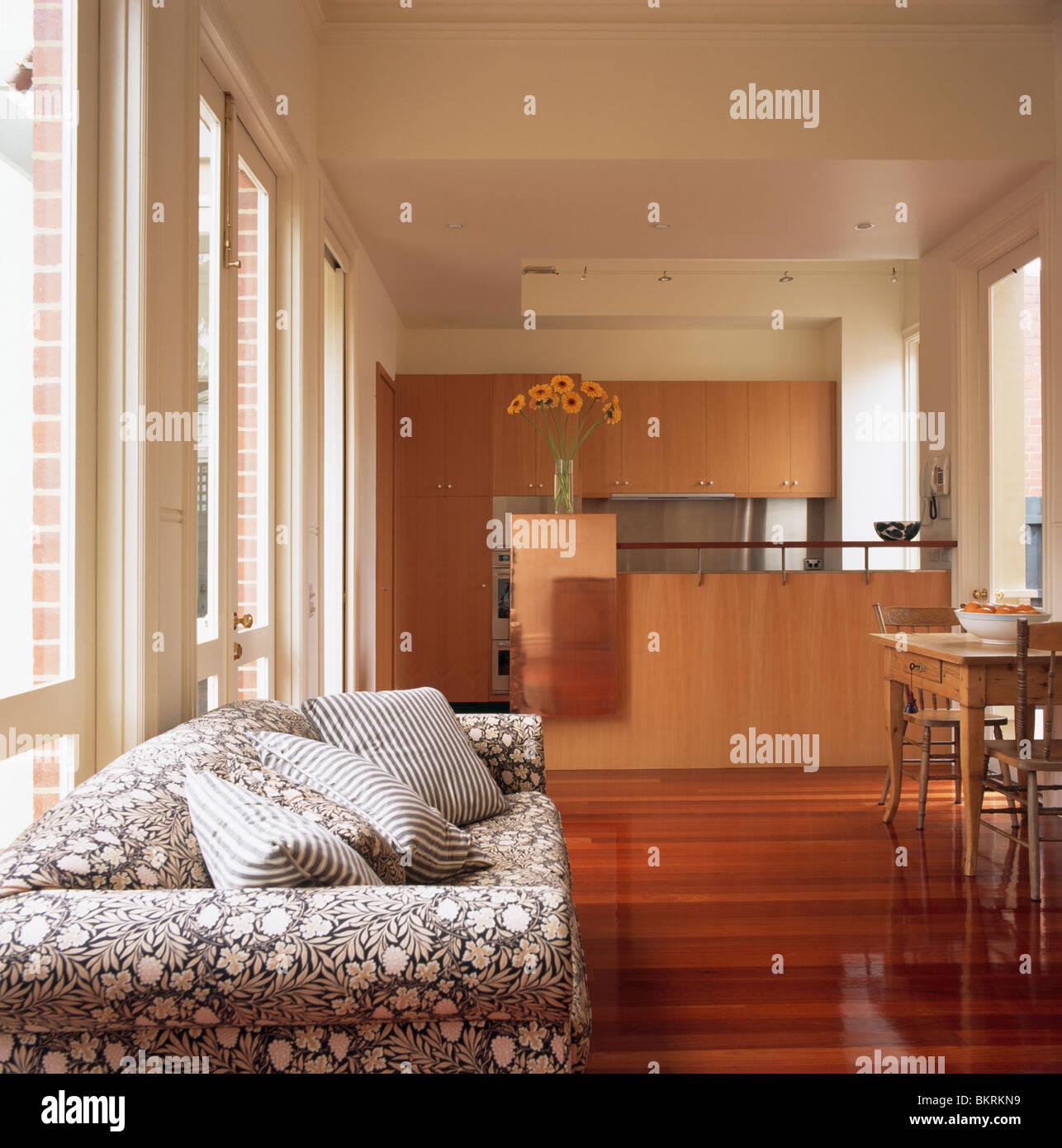 Schwarz + weiß gemusterten Sofa im modernen weißen offenen ...