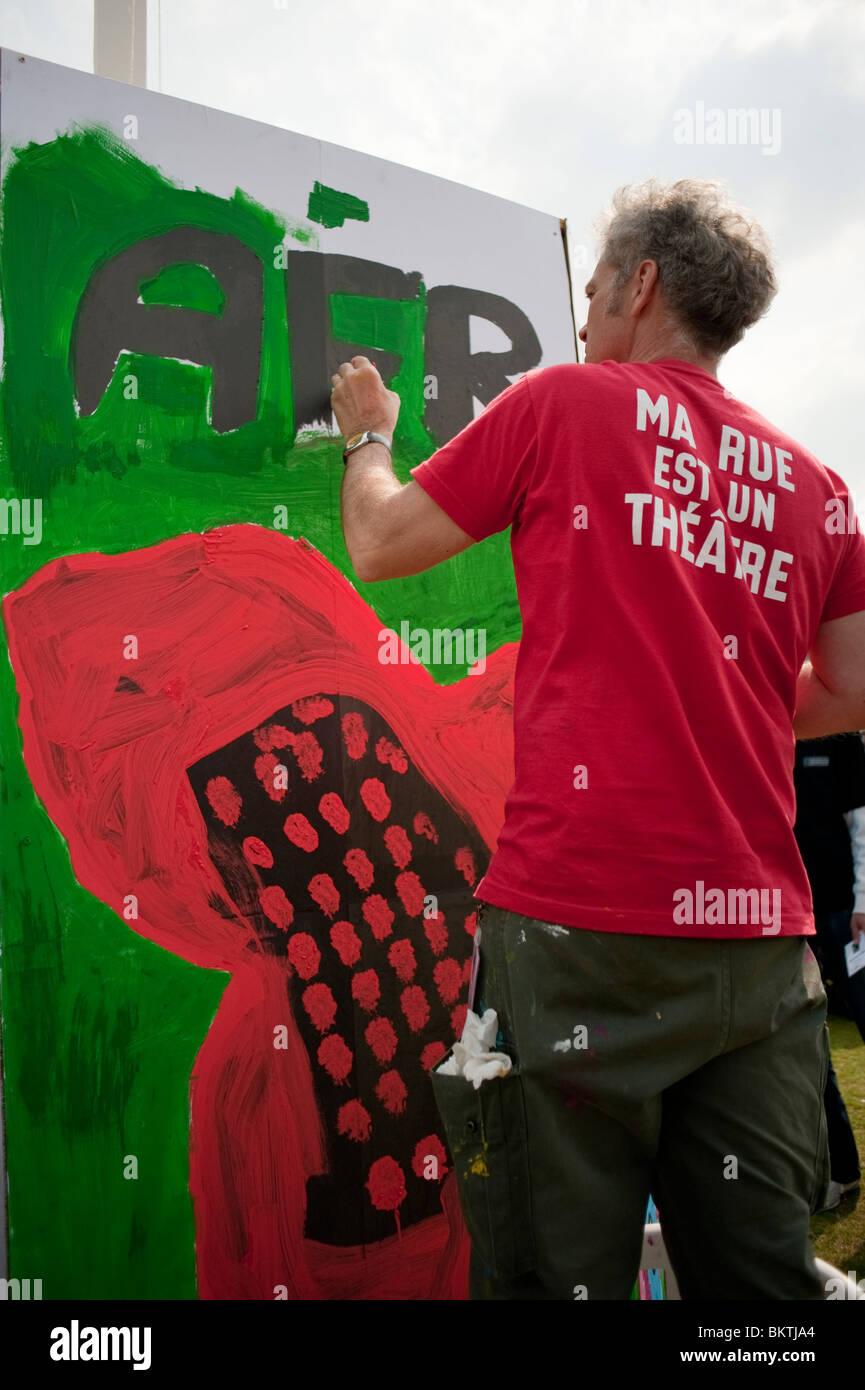 Feier der Welt 'Fair Trade'-Tag, mit dem Menschen Malerei Wand auf Rasen von La Villette Park, den fairen Stockbild