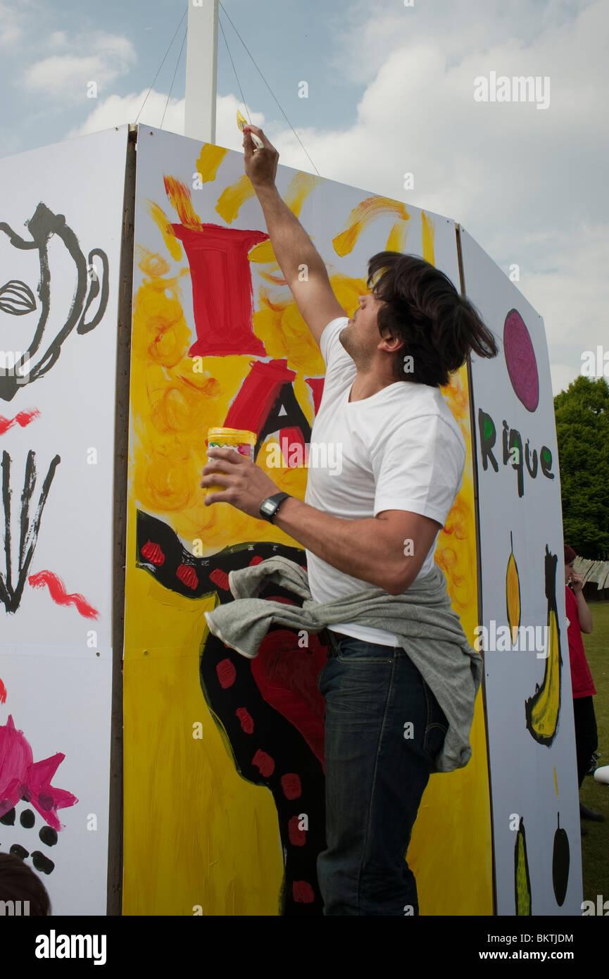 Feier der Welt 'Fair Trade'-Tag, Wandmalerei auf Rasen von La Villette Park, den fairen Handel zu fördern Stockbild