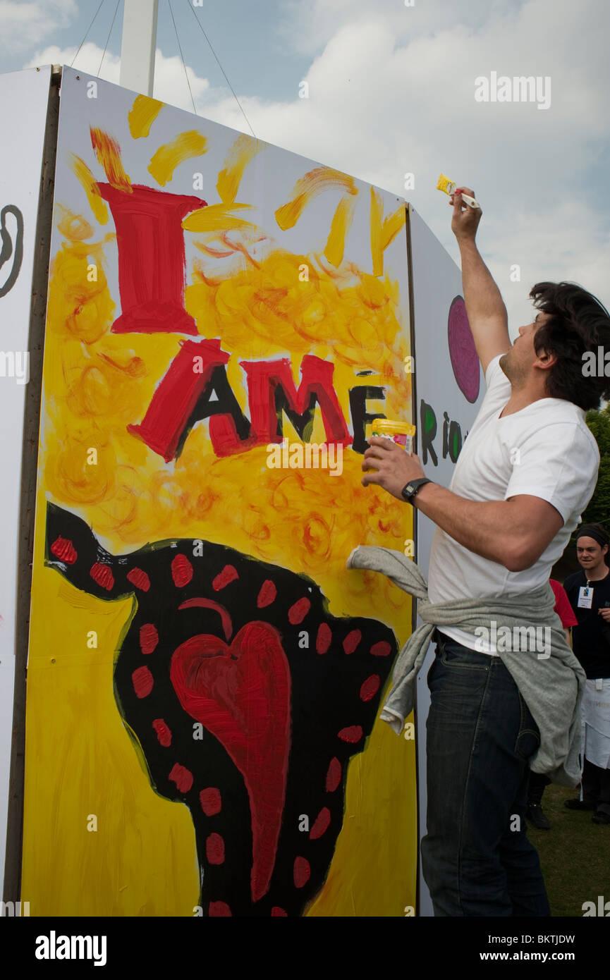 Feier der Welt 'Fair Trade'-Tag, mit Wandmalerei auf Rasen von La Villette Park, den fairen Handel zu fördern Stockbild