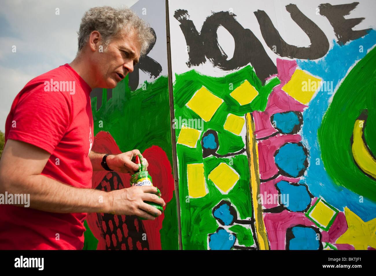 Feier der Welt 'Fair Trade'-Tag, mit dem Menschen Malerei Wandbild im 'La Villette'' Park, Stockbild