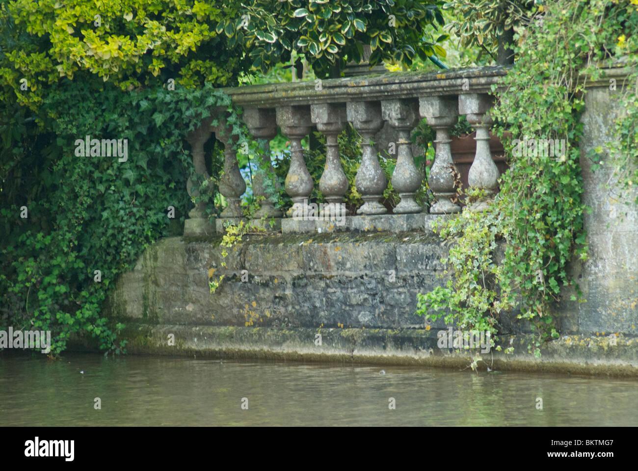 Stein Balustrade von Wasser mit Laub Stockbild