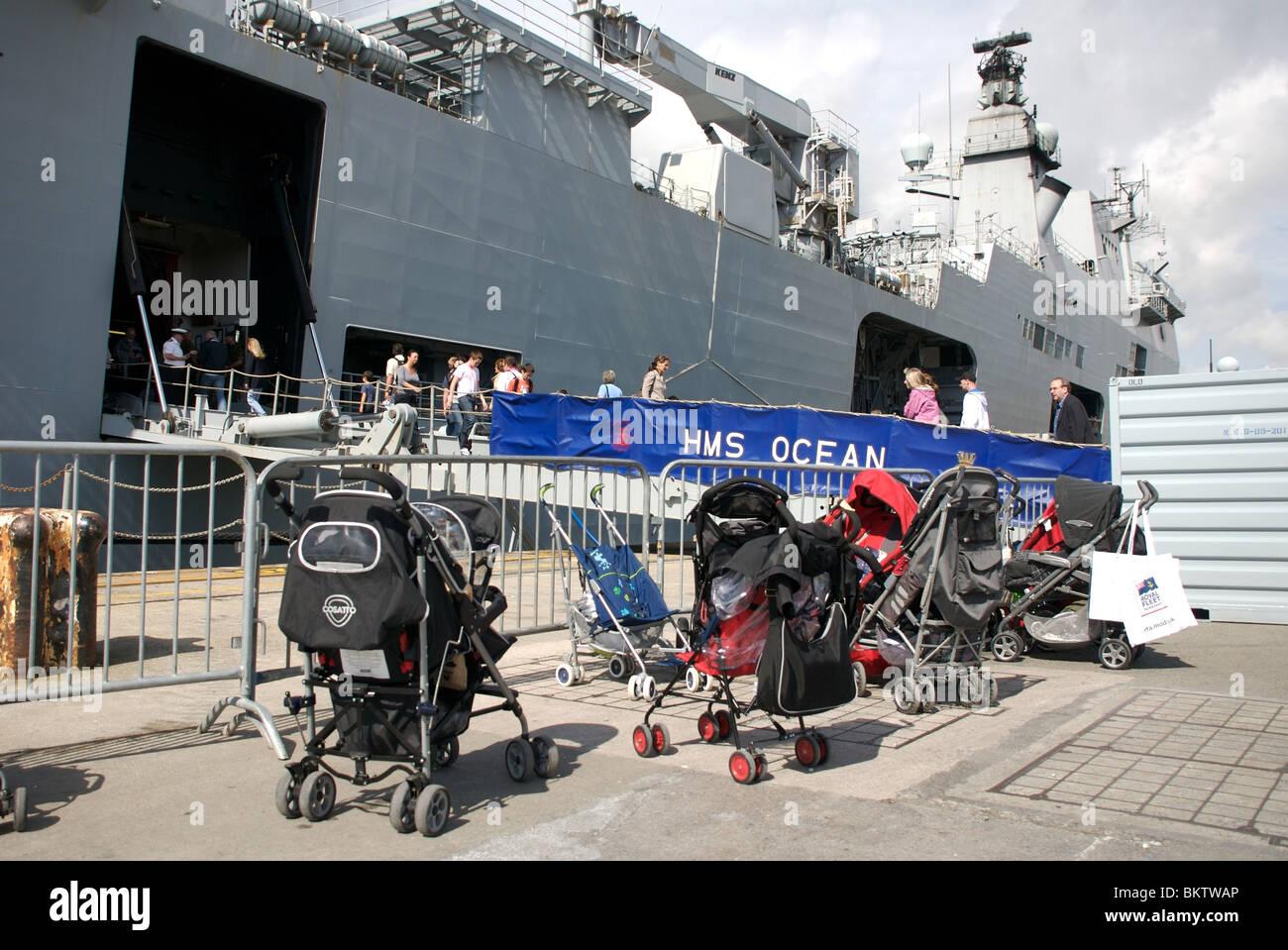 Kinderwagen außerhalb HMS Ocean Marine Days 2009, Devonport, Plymouth, Devon, UK Stockbild