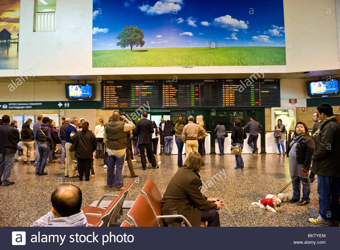 Ankunft Flughafen Milano-Malpensa, Lombardei, Italien Stockbild
