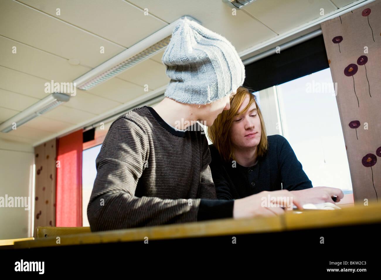 Zwei Jungs im Klassenzimmer Stockbild