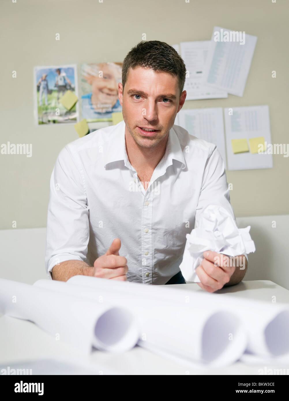 Mann am Schreibtisch zeigen Wut Stockbild