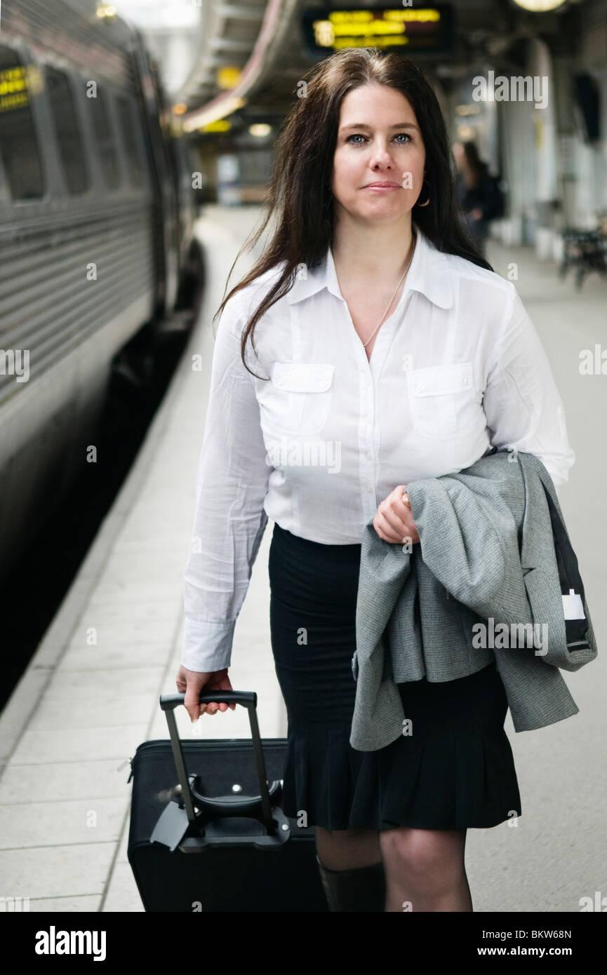 Weibliche Reisende unterwegs Stockbild