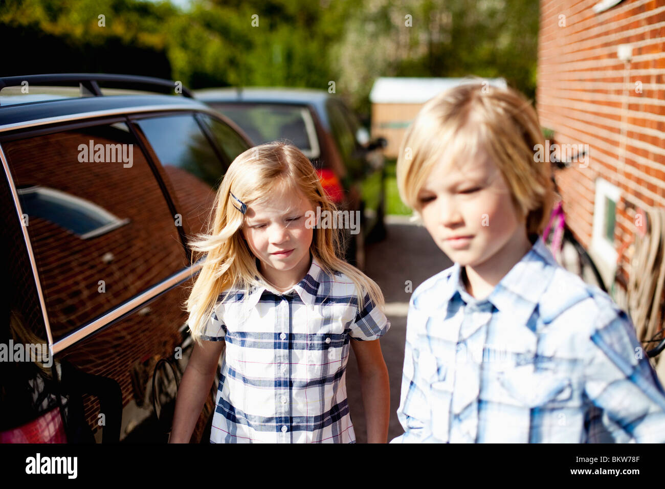 Geschwister auf dem Sprung Stockbild