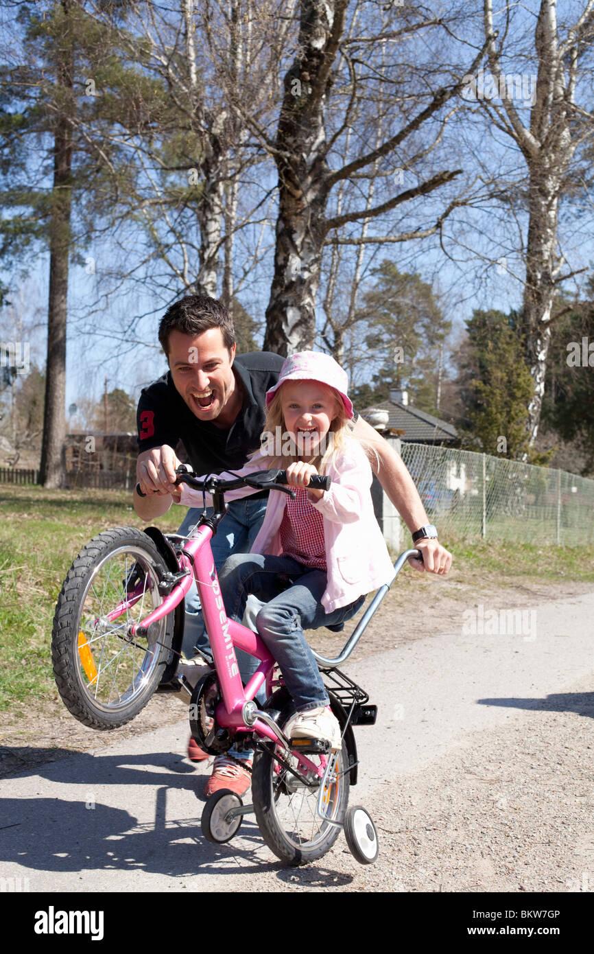 Mädchen gehen für einen wheelie Stockfoto