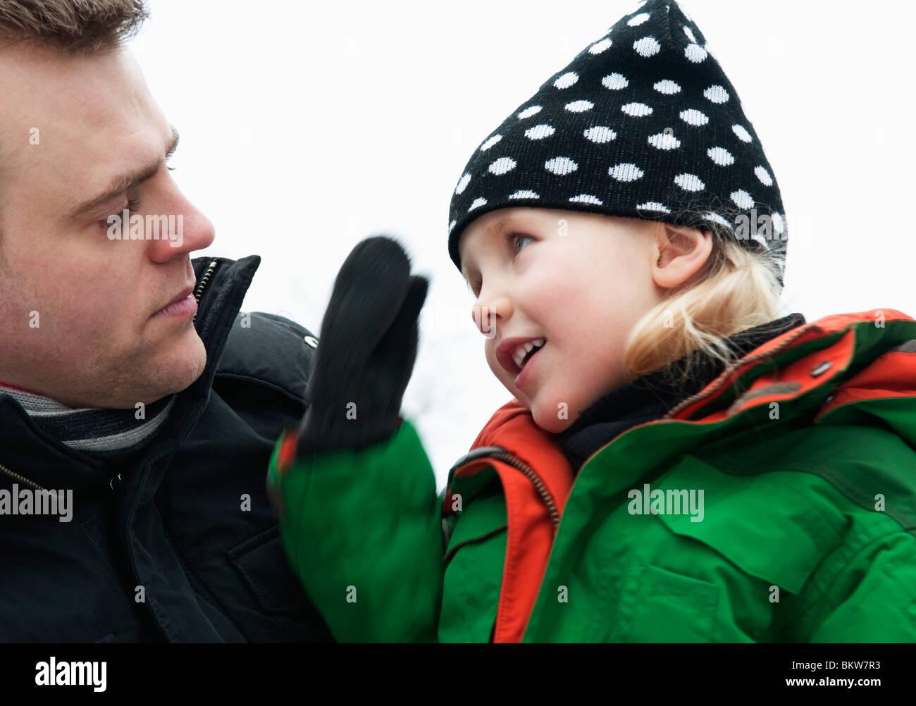 Vater und Tochter im Gespräch Stockbild