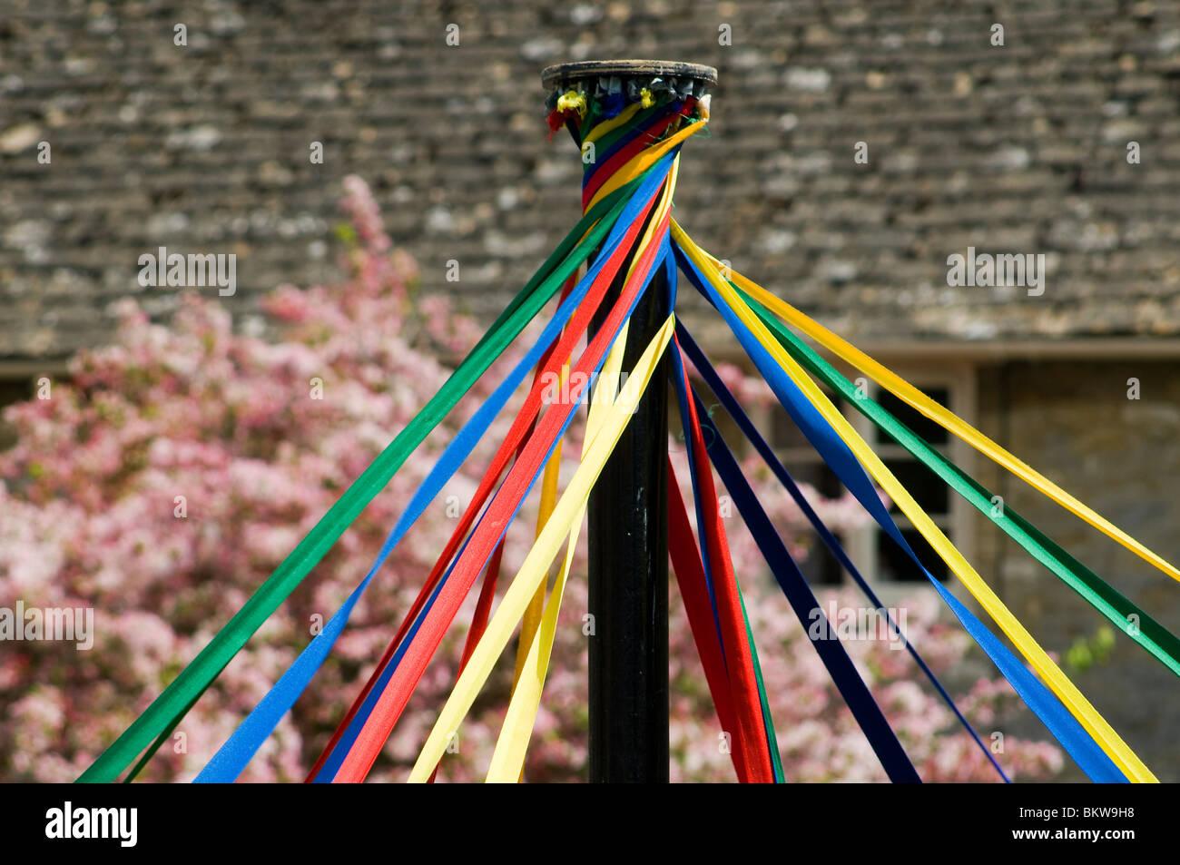 Oben ein Maibaum mit farbigen Bändern Stockbild