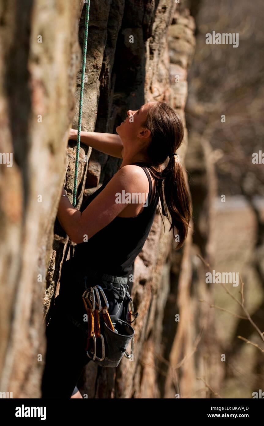 Frau ist Klettern Stockbild