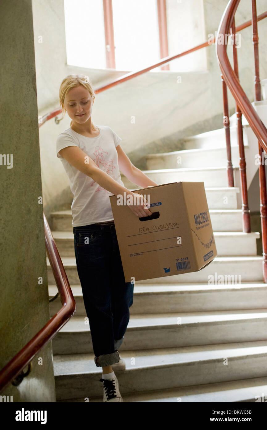 Frau in der Treppe mit beweglichen box Stockbild