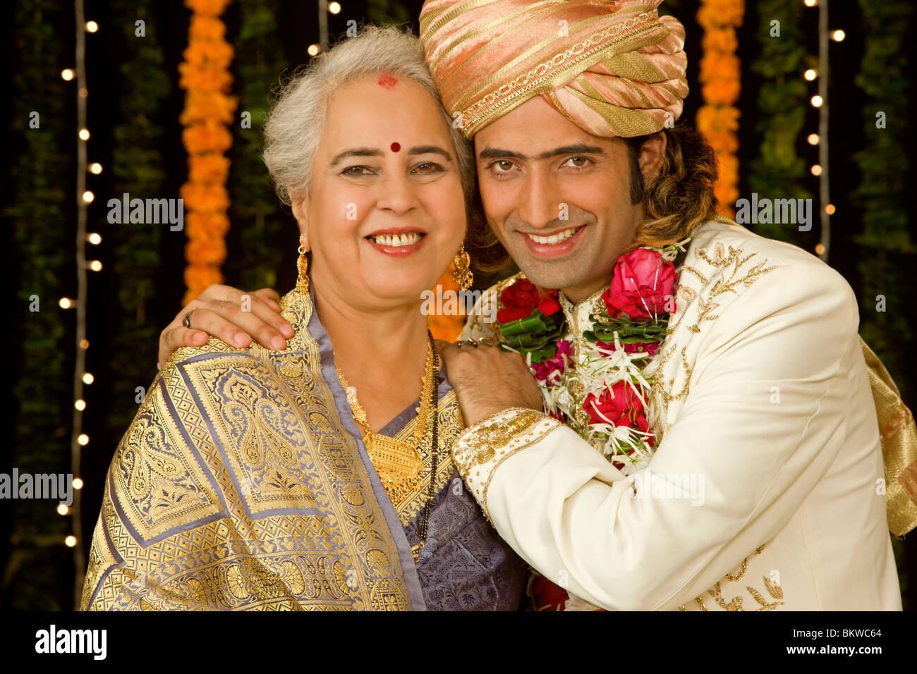 Indische Mutter und Sohn seine Hochzeit Kleidung Stockfoto, Bild ...