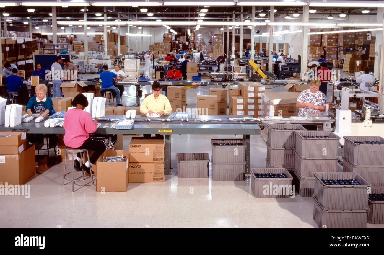 Arbeiter am Computer Herstellung Montagewerk Stockbild