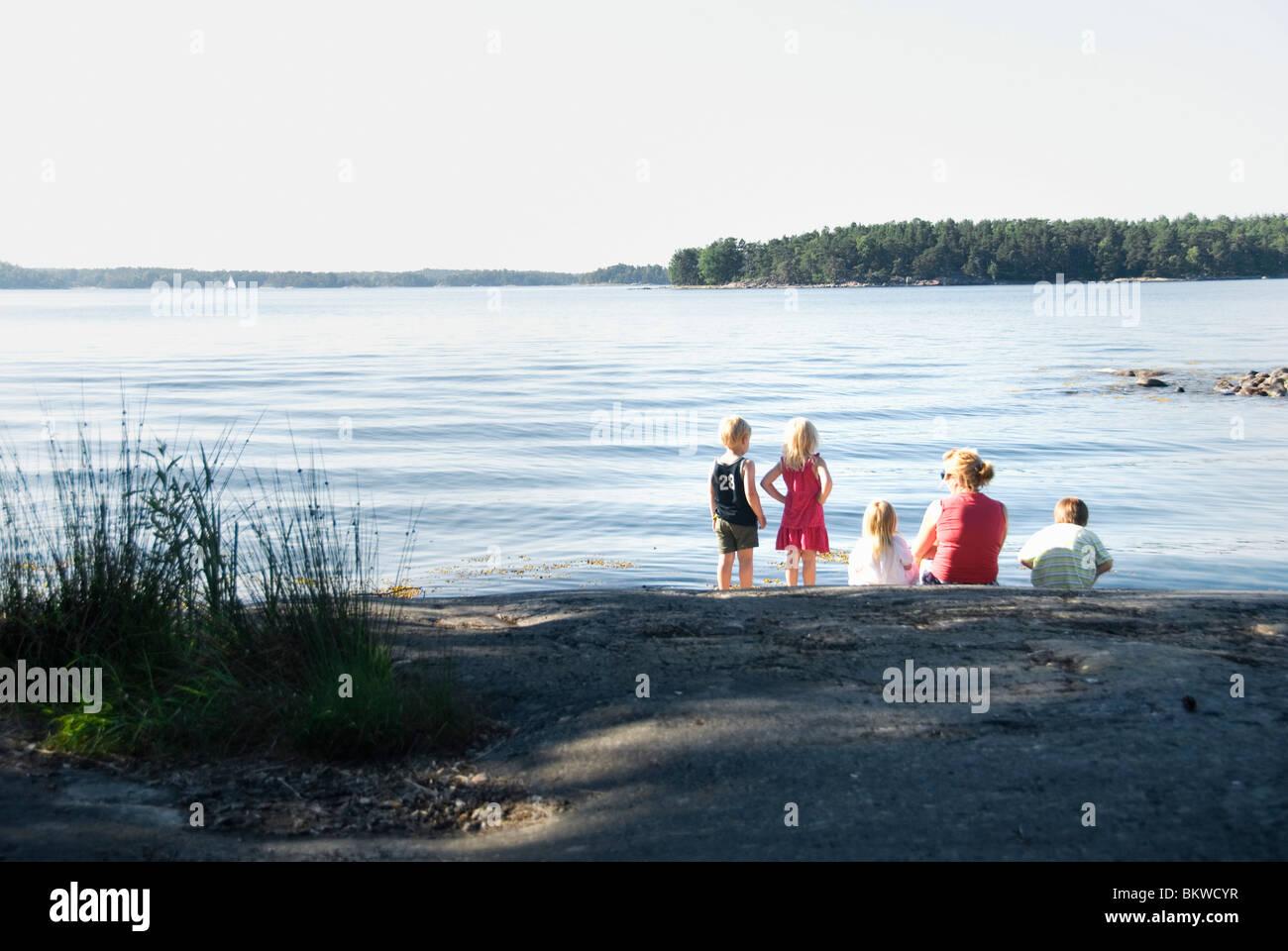 Mutter mit vier Kindern Stockbild