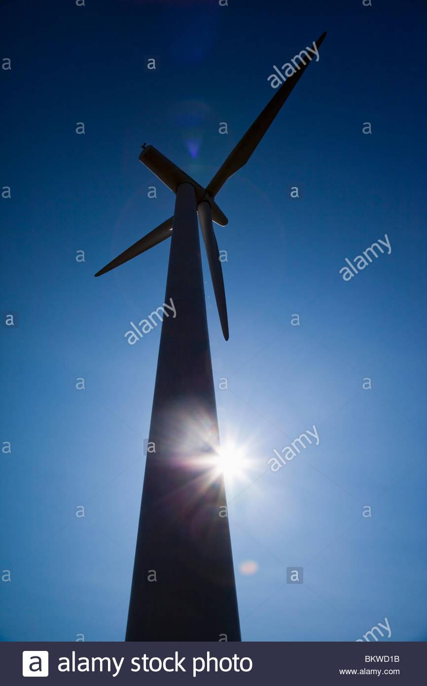 Windkraftwerk in blacklight Stockbild