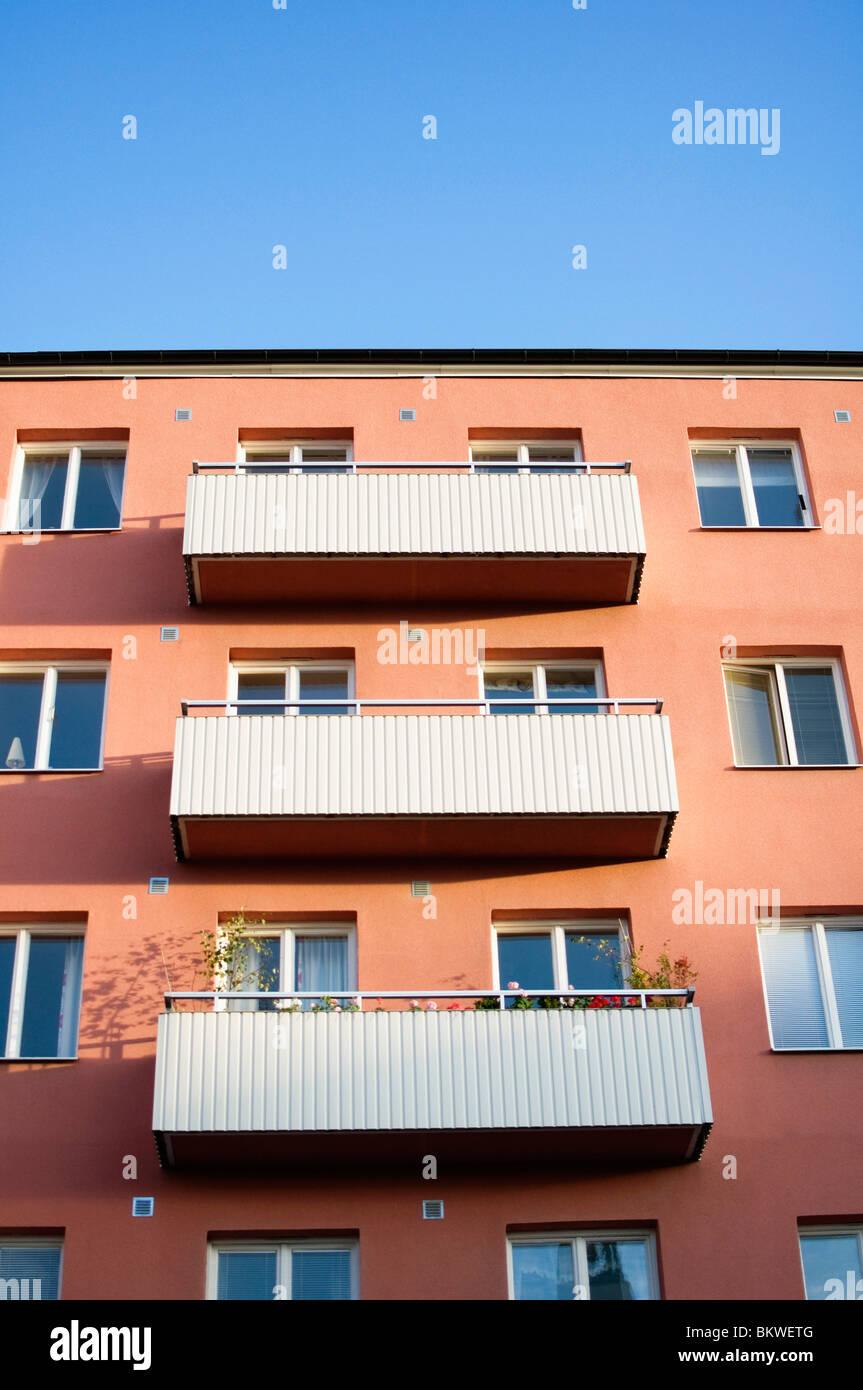 Wohnhaus mit Balkon Stockbild