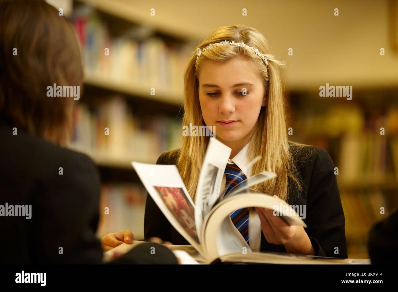 Mädchen in der Bibliothek Stockbild