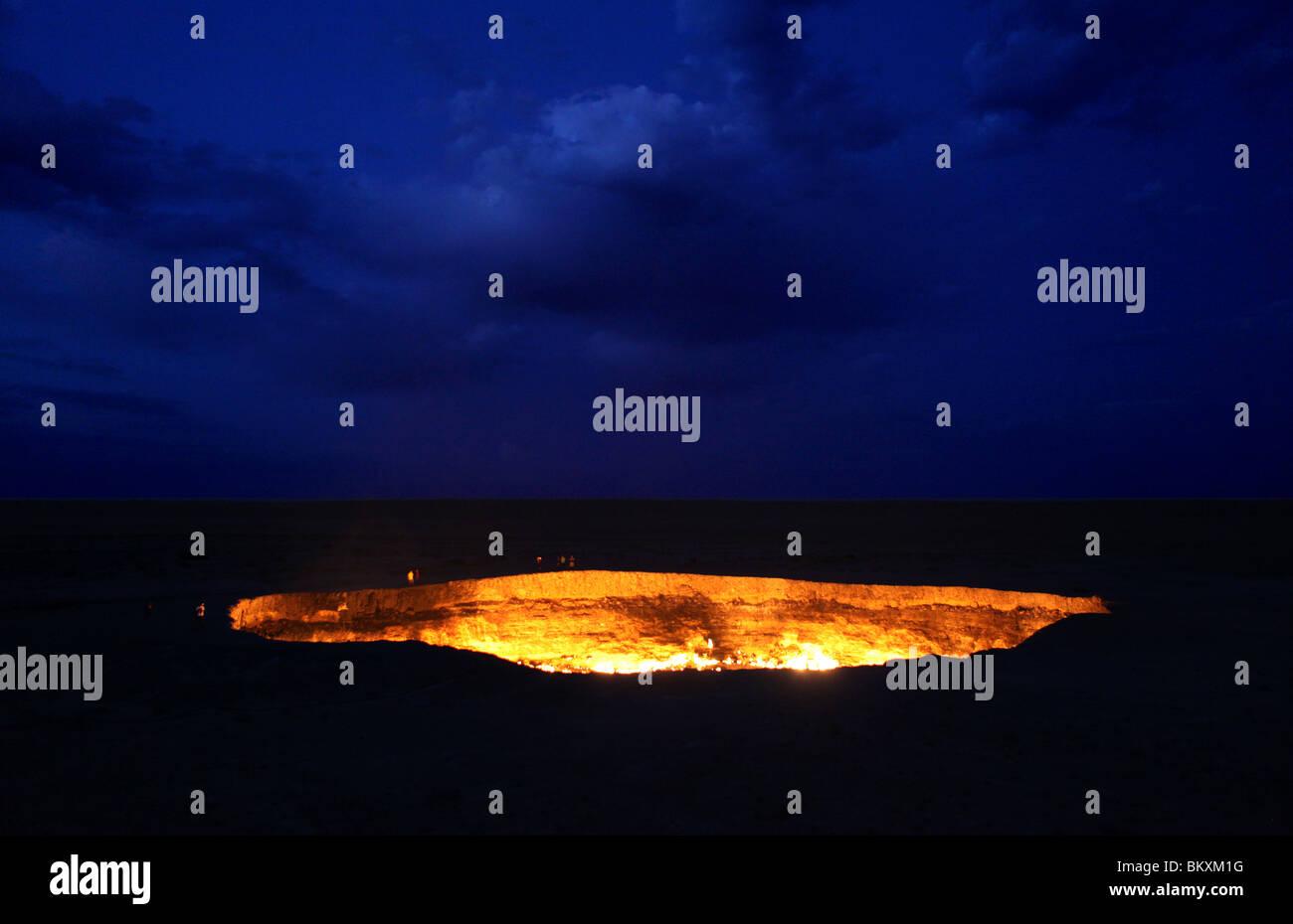 Derweze oder Darvaza, aka als das Tor zur Hölle ist ein riesiger Krater der Verbrennung von Erdgas in der Karakum Stockbild