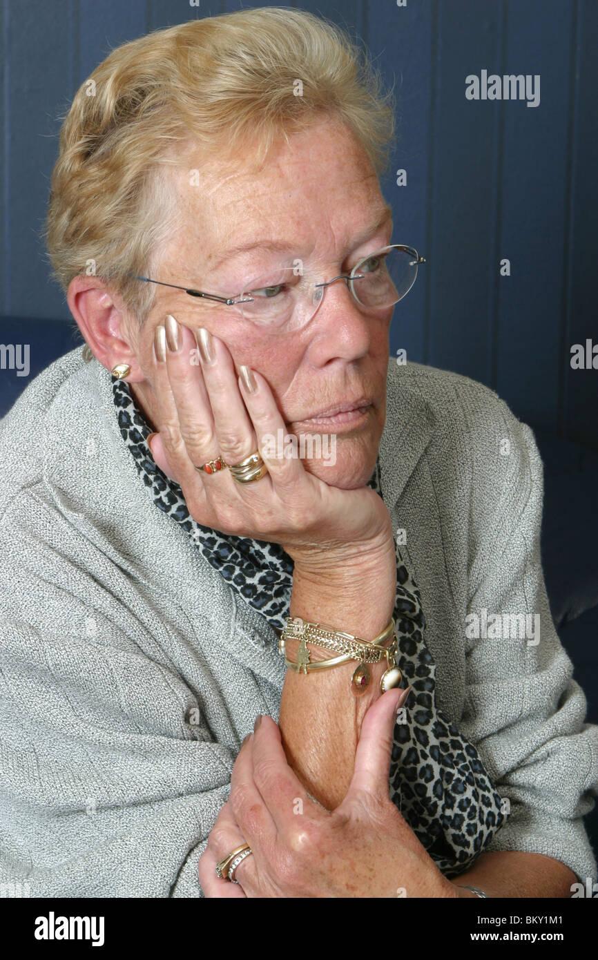 Ältere Frau Tagtraum oder gelangweilt zu Hause Stockfoto, Bild ...