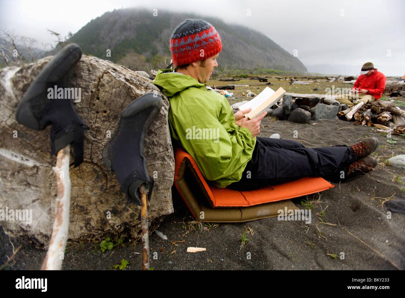 Zwei Männer finden Freizeit im Camp, The Lost Coast, Kalifornien. Stockbild