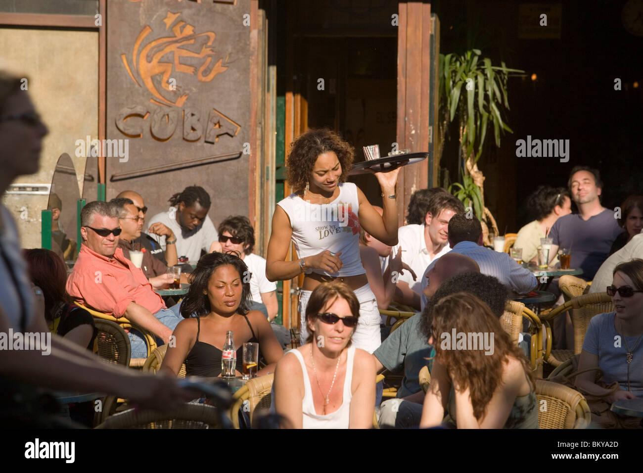 Gäste, Cafe Cuba, Nieuwmarkt, Kellnerin, Kellnerin, Getränke im Café ...