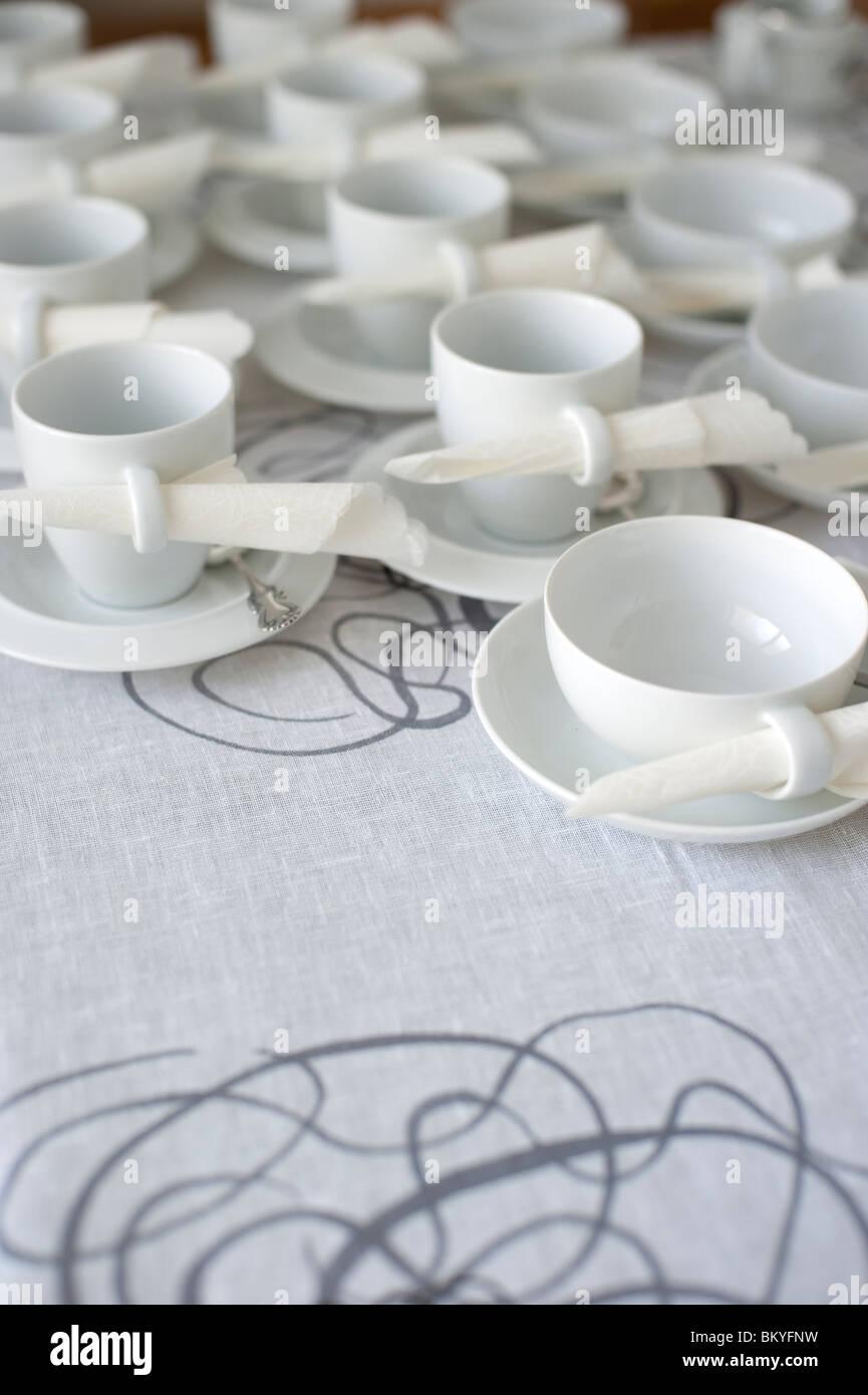Couchtisch mit schön gedeckten Kaffee und Tee Tassen mit Servietten Stockbild